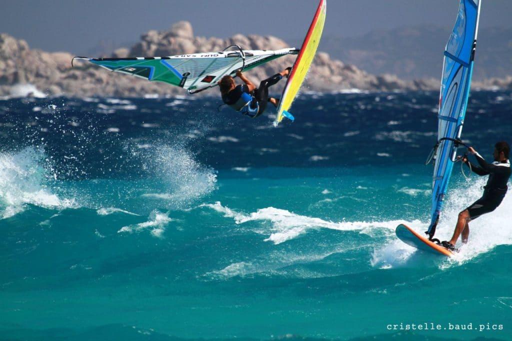 Des vagues sur le banc de sable à Piantarella